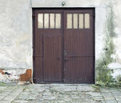 Entry to old, wears out house — Stock Photo
