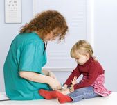 Little girl at female doctor — Stock Photo