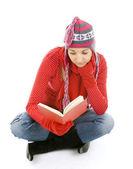 年轻女人读的书 — 图库照片