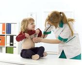 Женщина врач исследования небольшая молодая девушка — Стоковое фото