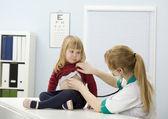 Грустно маленькая девочка на доктор повелительницы — Стоковое фото