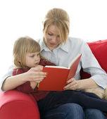 мать и дочь чтения — Стоковое фото