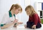 Маленькая девочка в женщина-врач — Стоковое фото