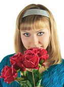 Beautiful woman holds bouquet roses — Stock Photo