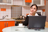 Businesswoman in kitchen — Stockfoto