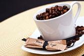 Šálek kávy a fazole s hnědého cukru — Stock fotografie