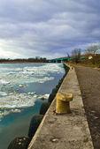コンクリートの海岸および川の流氷 — ストック写真