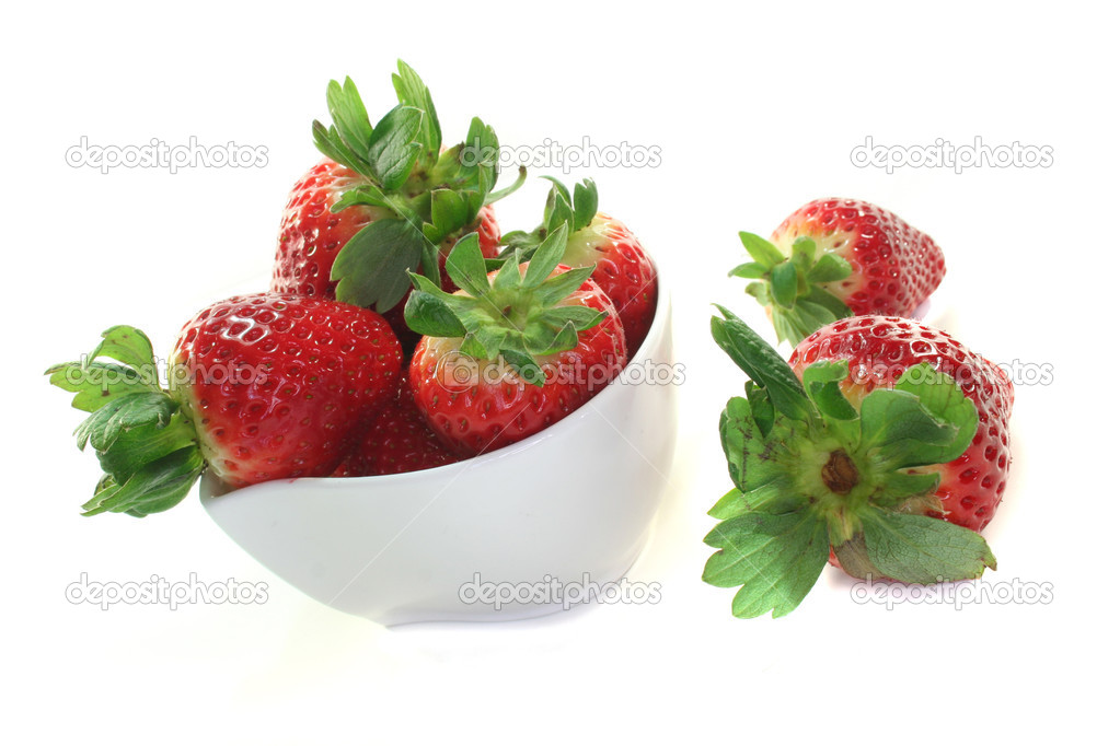 Strawberries in a bowl on a white background — Stock Photo #2419877