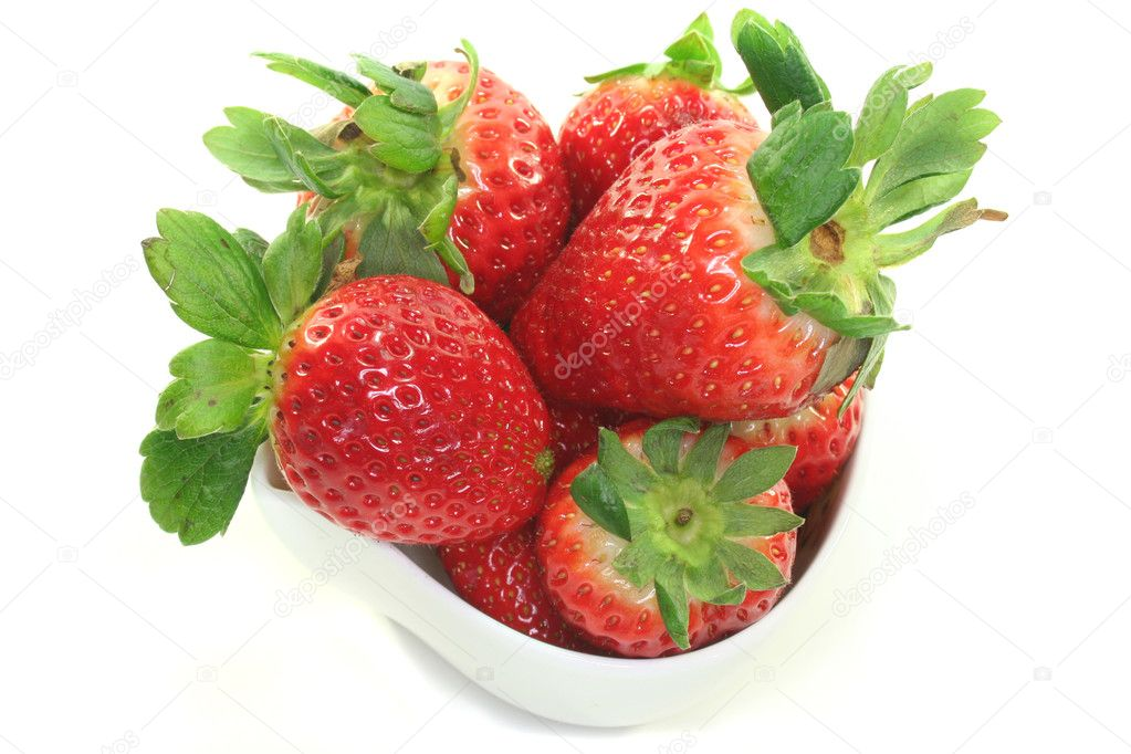 Strawberries in a bowl on a white background — Stock Photo #2419879