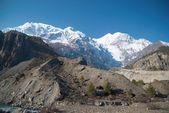 Snöiga tibetanska bergen — Stockfoto