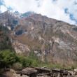 village tibétain dans les montagnes de l'Himalaya — Photo