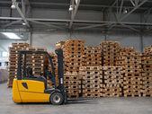 Chariot élévateur prêt pour travaux dans un entrepôt réel — Photo