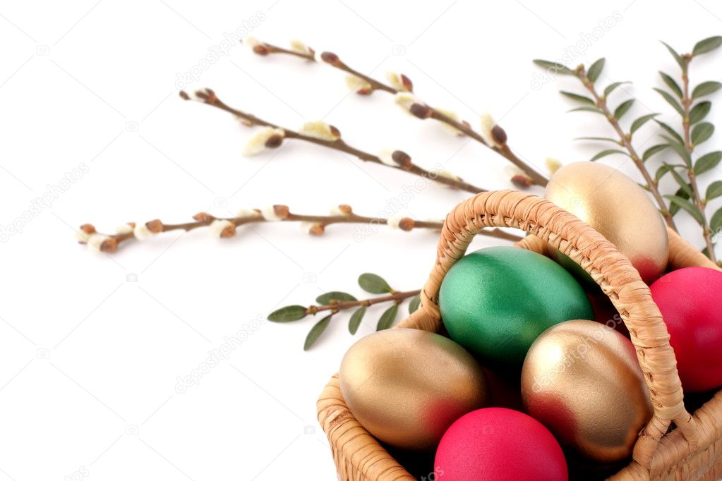 Easter egg in wicker basket on white — Stock Photo #2349251