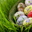 Foto Stock: Easter egg in wicker basket