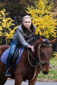 Pretty girl astride a horse — Stockfoto