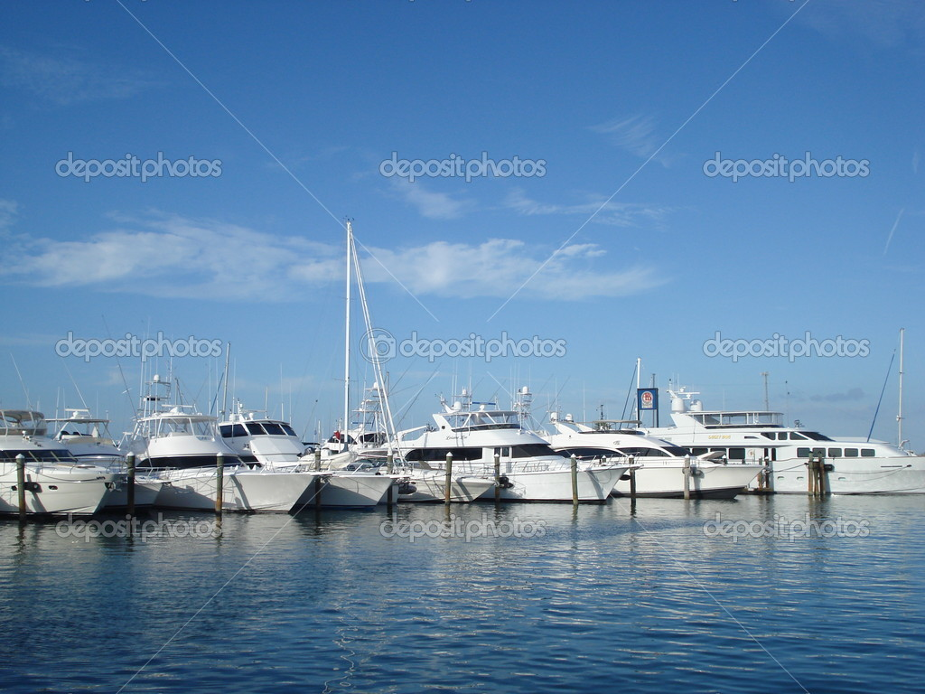 Busy yacht marina with blue sky and few white clouds — Stock Photo #1604536