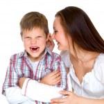 Gelukkig jonge moeder prosit triest zoon — Stockfoto