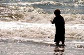 Jongen spelen in de oceaan — Stockfoto