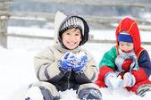 Beau petit garçon en plein air en hiver — Photo