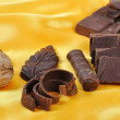 Chocolate, table, pieces, on golden back - Foto Stock