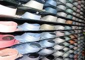 Mensole con camicie alla moda — Foto Stock