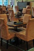 ресторан пустой, много столов и стульев — Стоковое фото