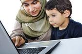Małe dziecko z laptopa na białym tle — Zdjęcie stockowe