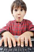 Um garotinho bonito com um laptop isolado — Foto Stock