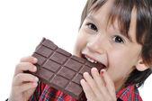 Zeer schattige jongen met chocolade, geïsoleerd — Stockfoto