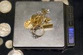 échelle et bijoux en or — Photo