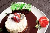 Zoete vruchten cake met aardbei — Stockfoto
