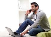 Uomo d'affari giovane felice su bianco — Foto Stock