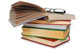 Böcker och glas över vita. — Stockfoto