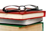 Livros e óculos sobre branco. — Fotografia Stock