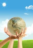 三个手和一个地球仪 — 图库照片
