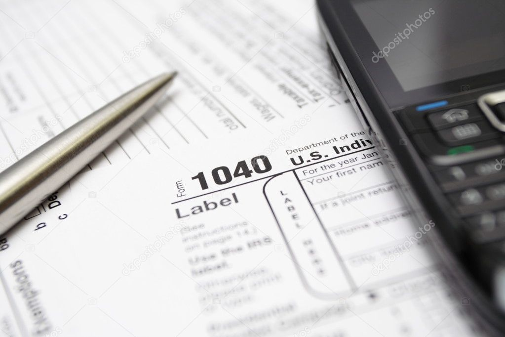 1040 US tax return form, smartphone and silver pen.  Foto Stock #2006526
