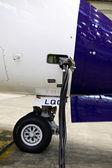 Avión en un hangar de mantenimiento — Foto de Stock