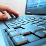 teclado de notebook com mão humana — Foto Stock