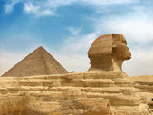 Great egyptian sphinx and pyramid — Stock Photo