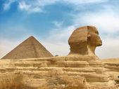 Pirámide y la gran esfinge egipcia — Foto de Stock