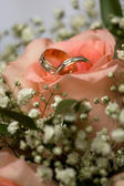 Wedding bouquet with wedding rings — Stock Photo