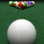 Apuntando a las bolas de billar en verde — Foto de Stock