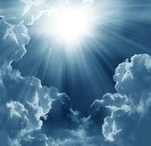 σκοτεινό ουρανό με ήλιο — Stockfoto