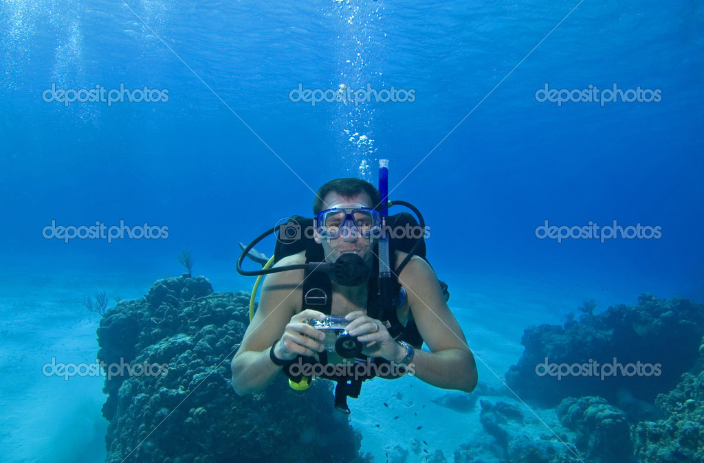 Underwater scuba diver with camera in tropical water — Stok fotoğraf #1705864
