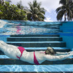 vrouw zwemmen — Stockfoto