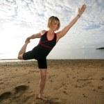 mulher praticando ioga na praia tropical — Foto Stock