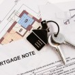Keys on mortgage note — 图库照片