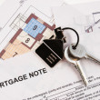 Keys on mortgage note - Stockfoto