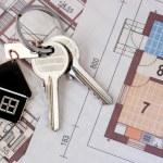 Keys on blueprint — Stock Photo