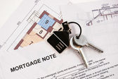 Keys on mortgage note — ストック写真